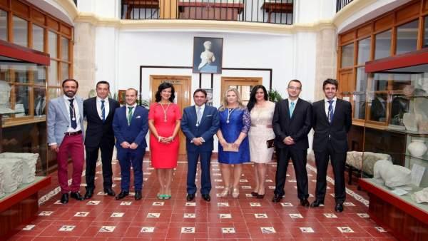 Moreno (c) y el resto del equipo de gobierno de Porcuna en junio de 2015.