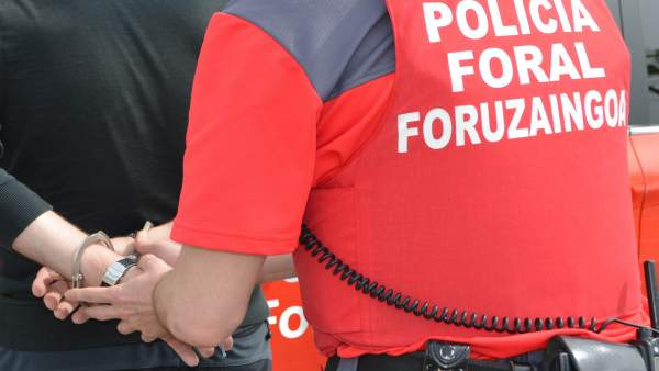 Policía Foral realiza una detención.
