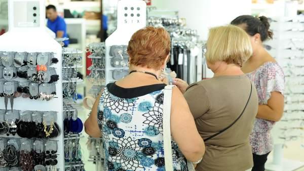 Tres mujeres compran en una tienda
