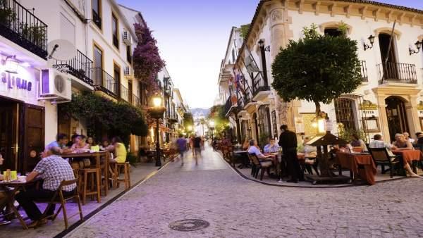 Turistas en terrazas de una calle de Marbella