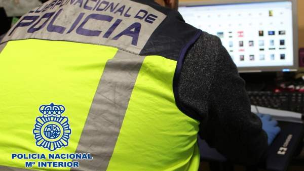 Agente de la Policía Nacional, en tareas de investigación informática