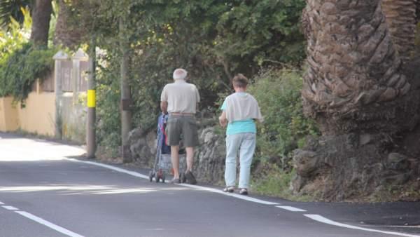 Peatones caminando por la calle Pozo Cabildo