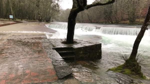 Desbordamiento del río en Ponte Caldelas por las lluvias