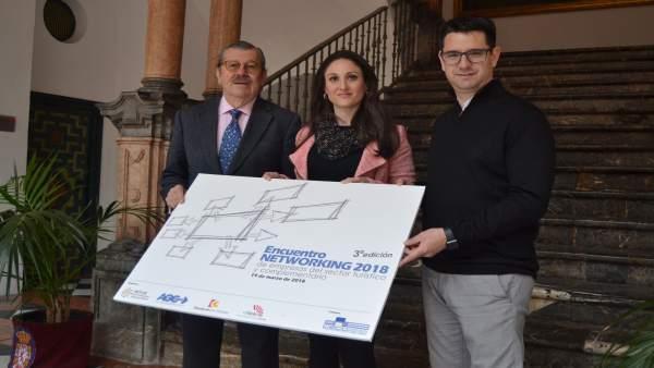 Gómez, entre García (izda.) y Serrano, en la presentación