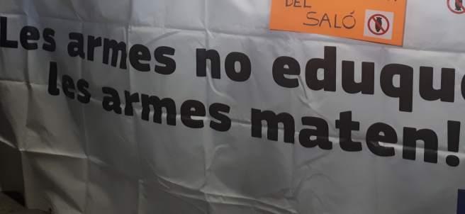 Protesta contra el Ejército en el Salón de la Enseñanza de Barcelona.