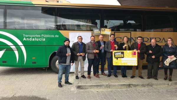 Presentación del descuento en autobuses de la Sierra Sur con el Carné Joven.