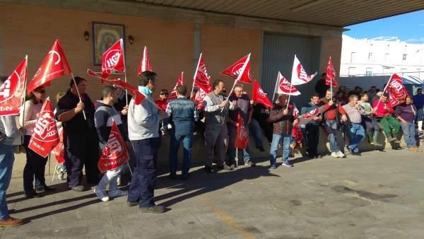 Concentración de los trabajadores de la lonja de Isla Cristina.