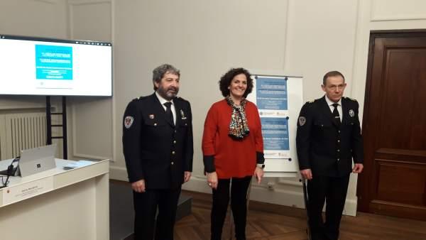 Angel Beortegui (i), Itziar Gómez y Jesús Munáriz en el Ayuntamiento de Pamplona