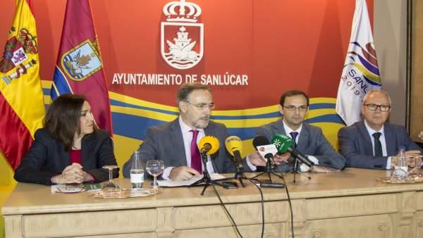 El consejero Felipe López con el alcalde de Sanlúcar de Barrameda