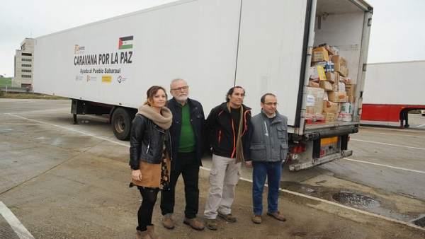 Guijarro e Hidalgo (segundo por la dcha.) junto al camión cargado de alimentos