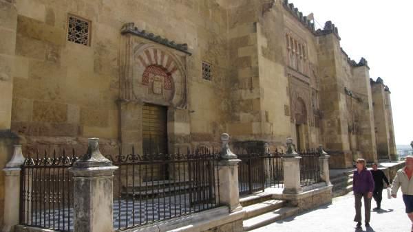 Fachada Oeste de la Mezquita de Córdoba, por donde discurre la Carrera Oficial