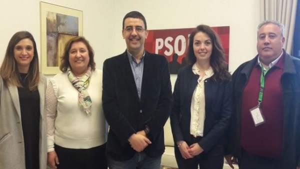 Parlamentarios socialistas, con la alcaldesa de Niebla, Laura Pichardo.