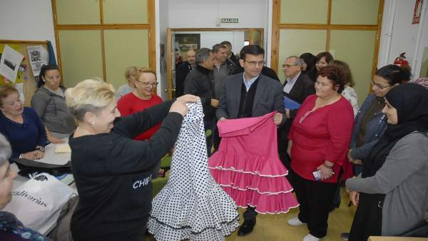 El alcalde de Granada visita un taller de confección de trajes flamencos