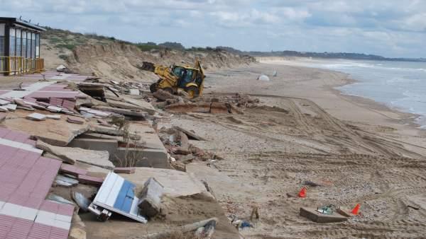 Trabajos de desescombro en la playa de Isla Cristina.