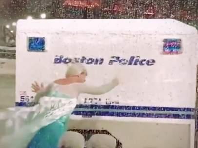 Un hombre rescata un furgón policial disfrazado de Elsa, de 'Frozen',