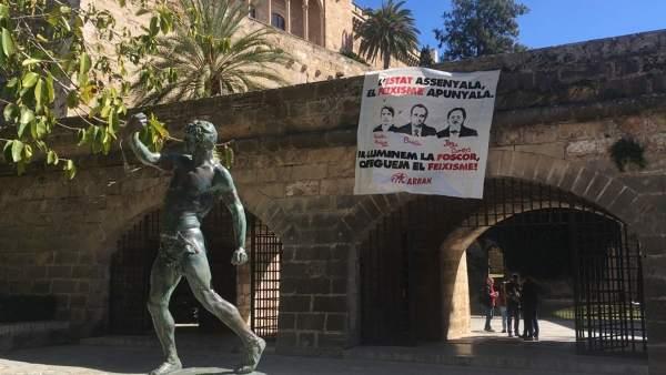 Pancarta de Arran en Palma con los retratos de Bauzà, Pericay y Campos
