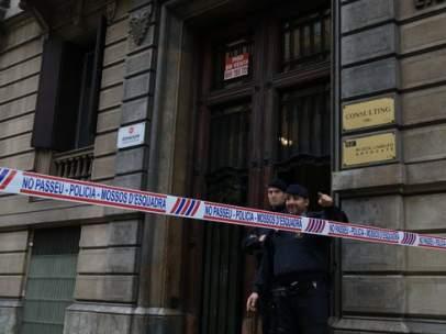 Un precinto policial veta el paso a la sede de Òmnium Cultural este jueves.