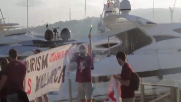 Fotograma del vídeo de la protesta de Arran contra la masificación turística