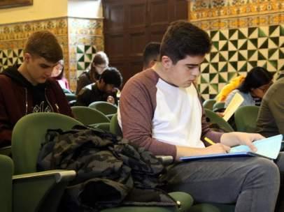 Alumnos realizando la Prueba Cangur de Matemáticas en el Instituto de Estudios Catalanes.