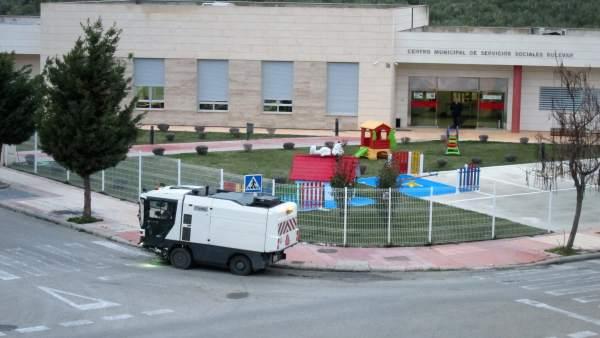 Un vehículo de limpieza viaria trabaja en el barrio del Bulevar de Jaén.