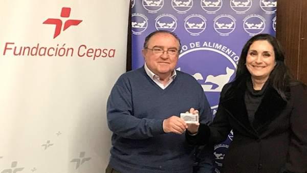 La Fundación Cepsa entrega tarjetas carburante al Banco de Alimentos.