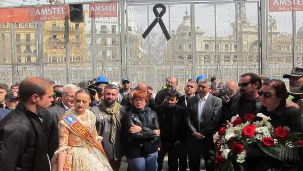 Homenaje tras la 'mascletà' al trabajador fallecido en el accidente de Ricasa