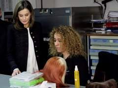 Doña Letizia visita a profesionales del Teatro Real que el público desconoce
