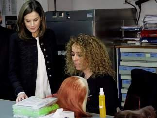 Letizia Ortiz conversa con una trabajadora del taller de peluquería, durante la visita realizada este jueves a a los talleres de oficios del Teatro Real.