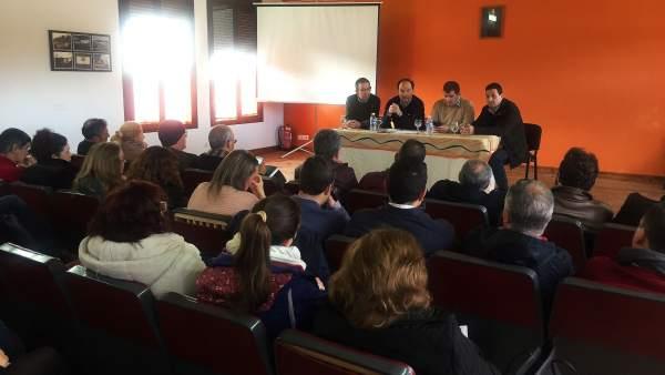Dirigentes del PSOE de Huelva, en una reunión en la Sierra.
