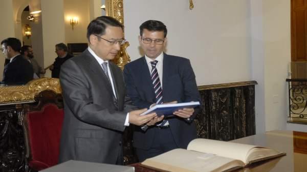 El alcalde, Francisco Cuenca, recibe al embajador de China en España, Lyu Fan
