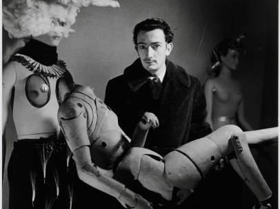 Denise Bellon. Salvador Dalí y su maniquí en la Exposition Internationale du Surréalisme, París, 1938