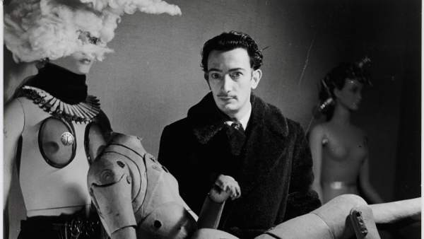 Denise Bellon. Salvador Dalí y su maniquí en la Exposition Internationale du Surréalisme, París, 1938