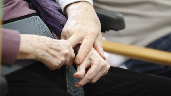Manos entrelazadas de personas mayores
