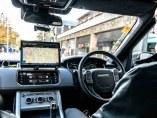 Interior de un Land Rover utilizado en proyecto de conducción autónoma