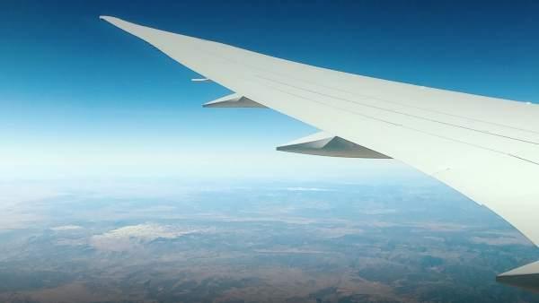 Imagen de un ala de un avión, foto de archivo