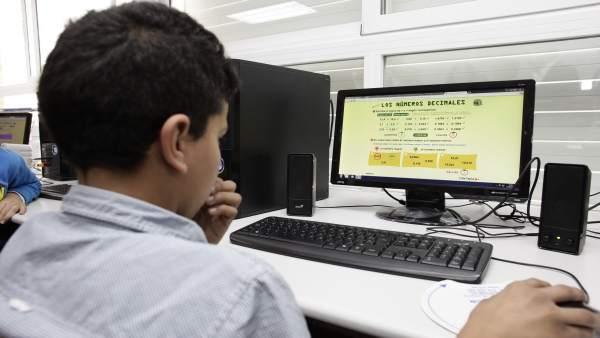 Alumno en clase con un ordenador