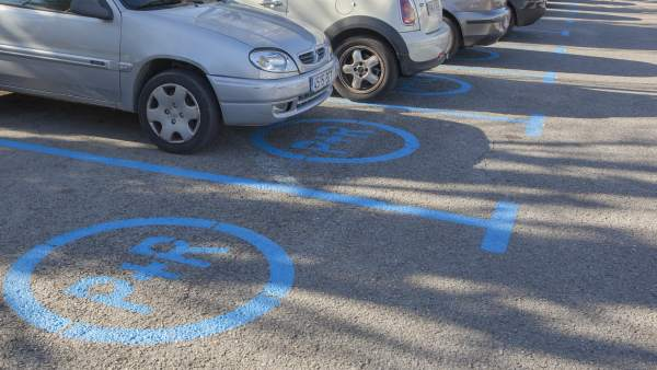 Les places de Park & Ride estan senyalitzades a l'asfalt, i indicades amb senyals verticals.
