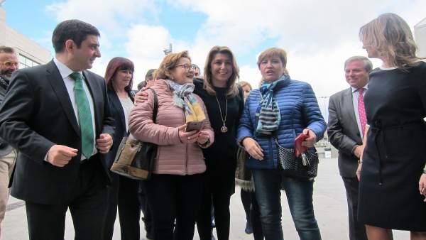 Susana Díaz y Francisco Reyes (i) con dos visitantes de la Feria de los Pueblos.