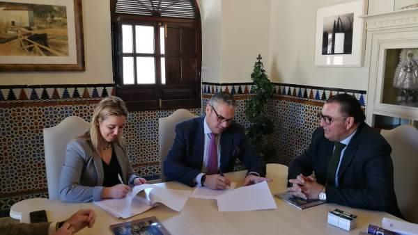 Firma de convenio entre Ayuntamiento de Alcalá y Consejo de Hermandades