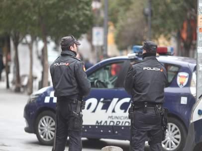Agentes de la Policía Nacional en el barrio de Lavapiés tras los disturbios