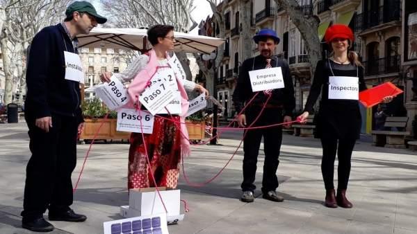 Amics de la Terra hace una performance en el Borne sobre el autoconsumo