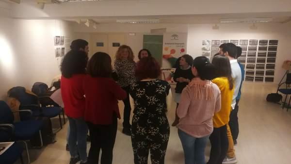 Empresarios participan en una actividad de coaching grupal