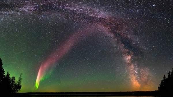 El fenómeno 'Steve', las misteriosas luces púrpura que pueden apreciarse en el cielo de Canadá, en latitudes mucho más bajas que las auroras boreales corrientes.