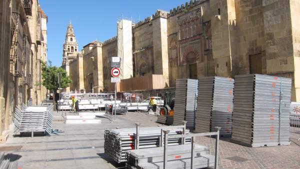 Montaje de palcos de Semana Santa en el entorno de la Mezquita