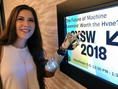 Angel Giuffria necesitaba una fuente de energía para recargar su brazo biónico en la conferencia SXSW en Austin, Texas.