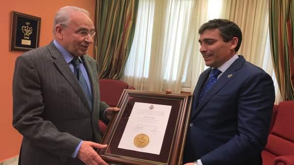 Alfonso Guerra recibe la Medalla de Oro del Coiti.