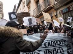 """Miles de personas piden """"justicia"""" en Lavapiés por la muerte del mantero"""