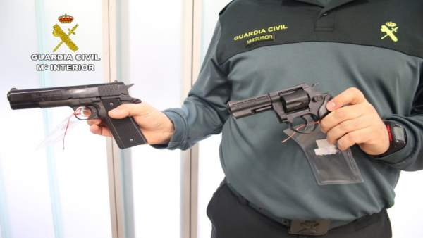 Guardia Civil con pistolas