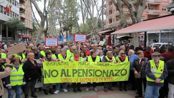 Los 'yayoflautas' en la manifestación en defensa de las pensiones