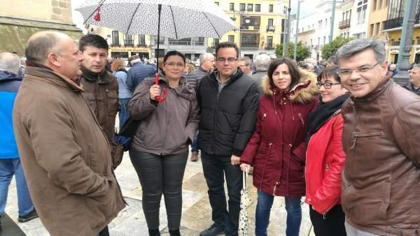 González, junto a otros dirigentes socialistas, en la concentración de Badajoz